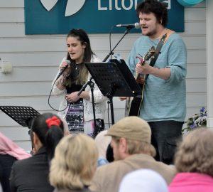 Mikaela och David i Allmän kurs bjöd på musik