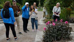 Svetlana ledsagar oss i Botaniska trädgården